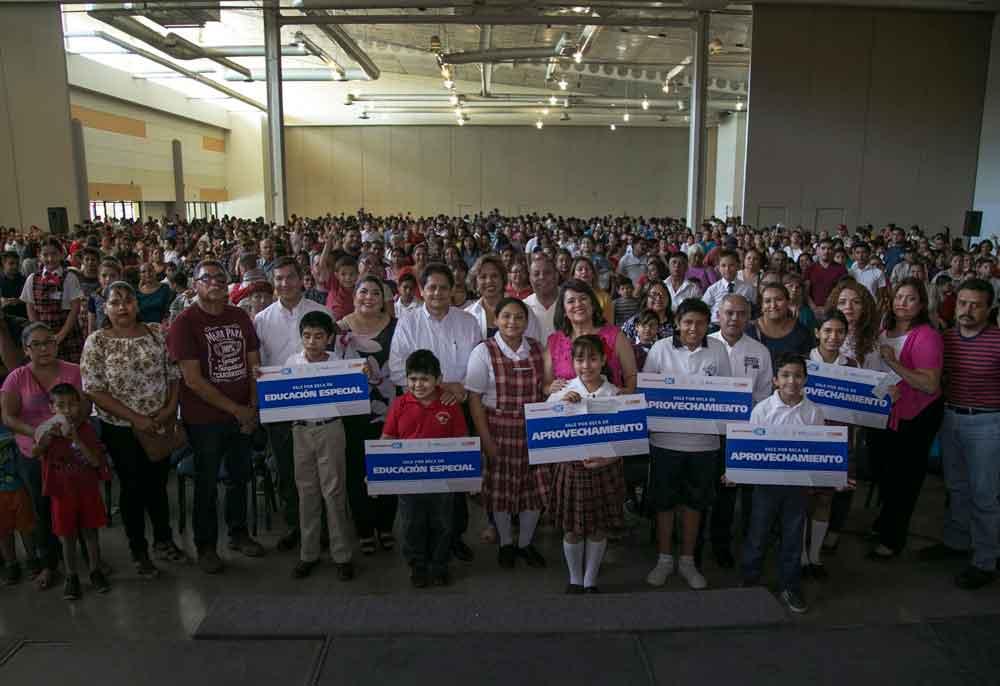 Entrega Gobierno de BC becas a alumnos de educación básica