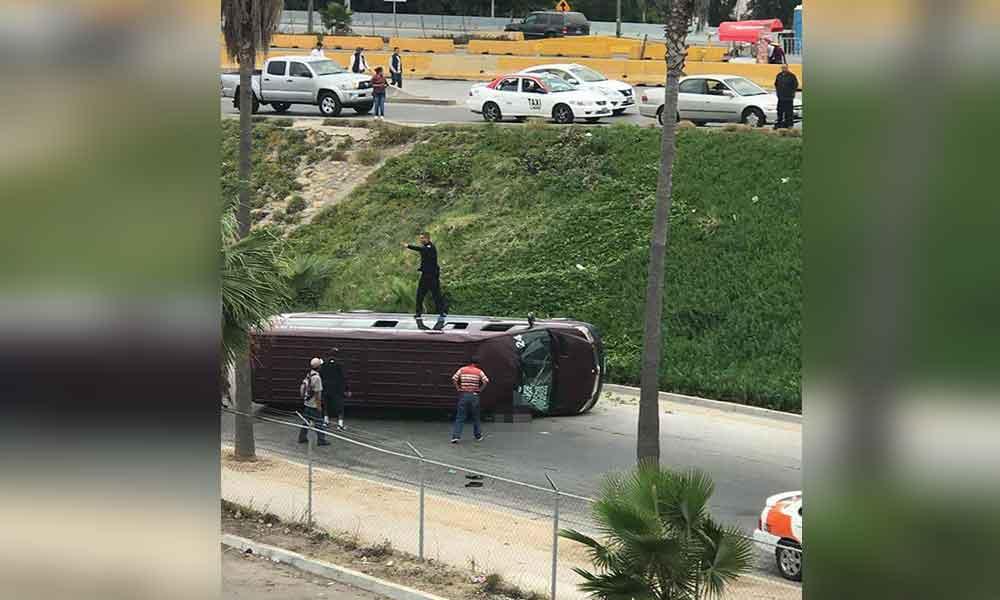 Trágico accidente en Tijuana; cae taxi colectivo desde un puente