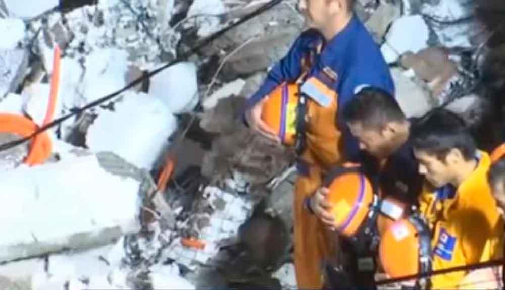 Japoneses ofrecen reverencia a cuerpo rescatado