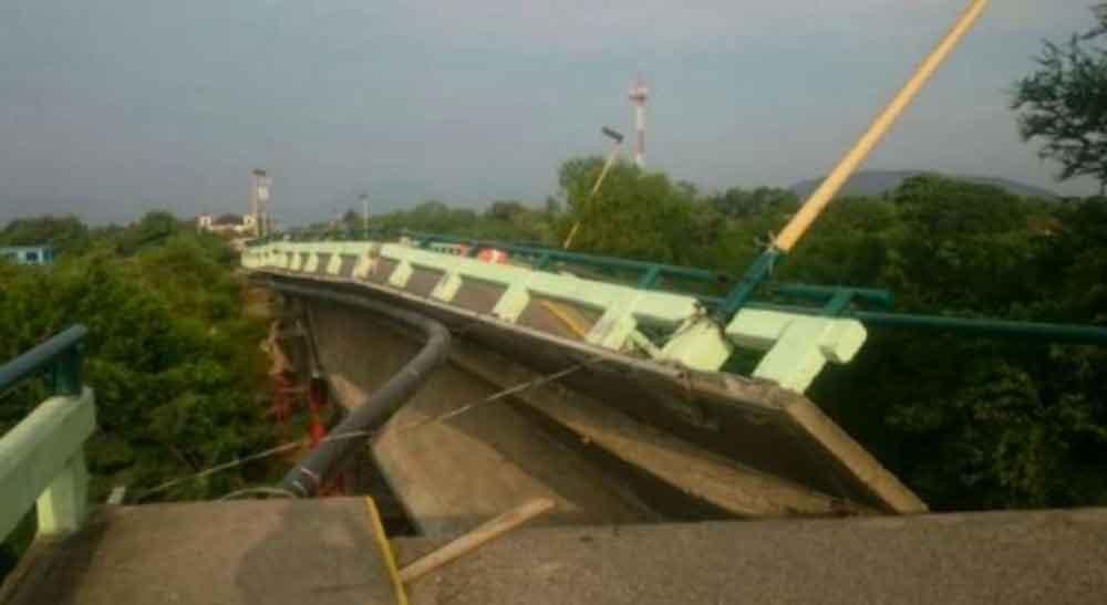Colapsa puente en Oaxaca tras sismo de hoy