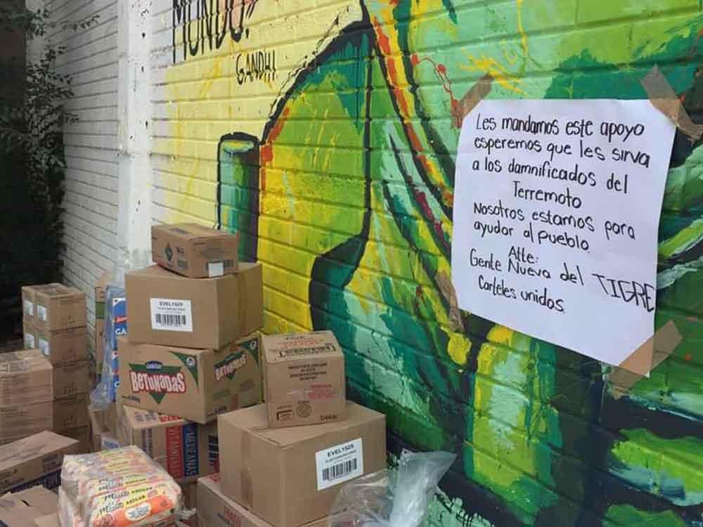 Grupo delictivo deja víveres para damnificados con narcomanta