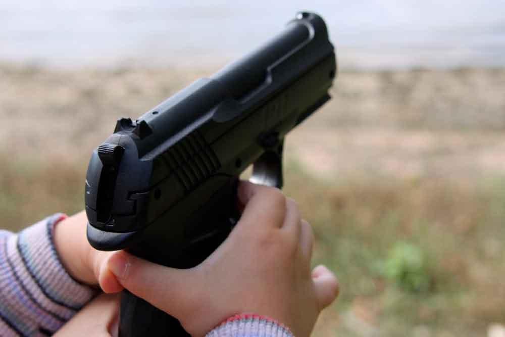 Niño de 2 años mata accidentalmente a su padre con arma de fuego