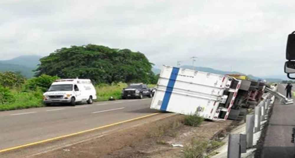 Vuelca camión que salió de Tijuana con ayuda para damnificados