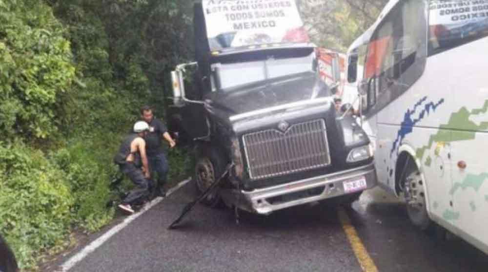 Se accidenta trailer con voluntarios y brigadistas que llevaron ayuda a Jojutla
