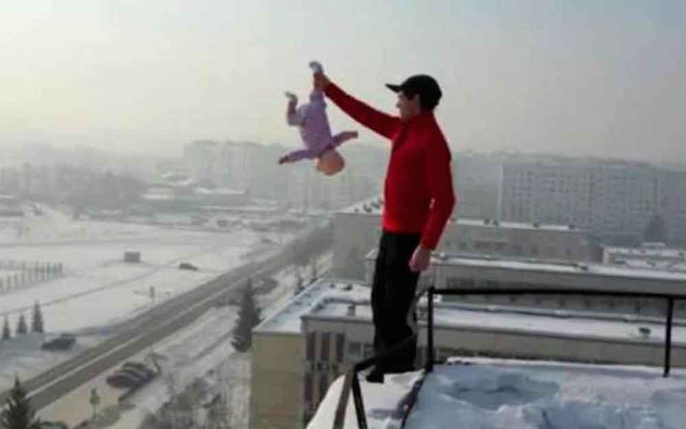 Ponía a su bebé en riesgo mortal para subir videos a redes
