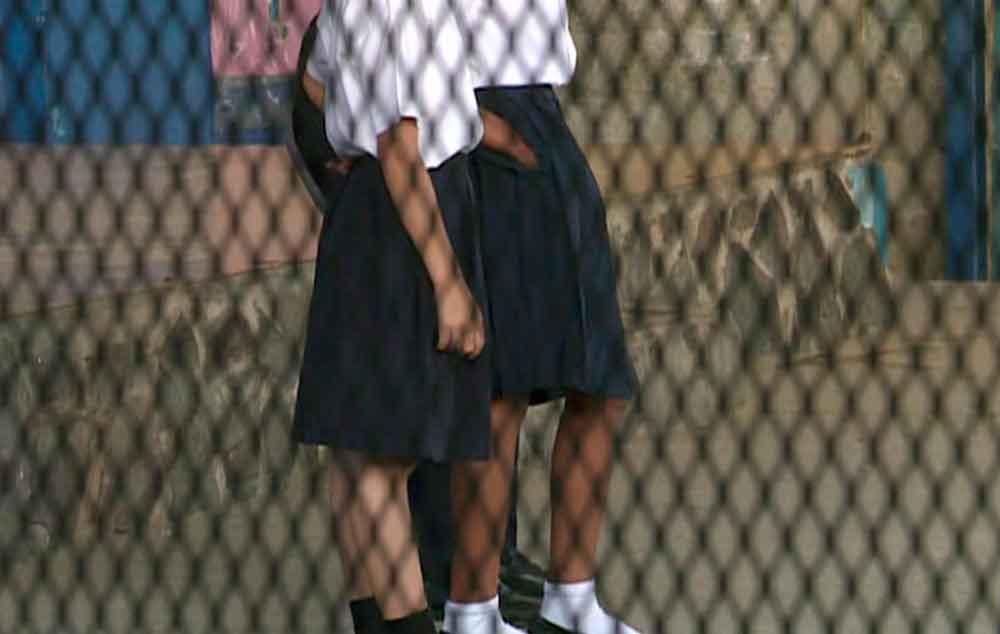 Alumnos de secundaria violan a compañera en salón de clases