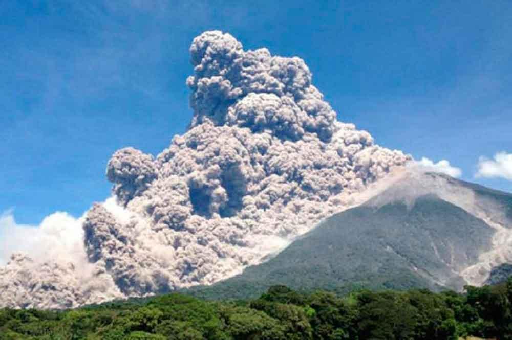 Entra en erupción volcán de 'Fuego' de Guatemala