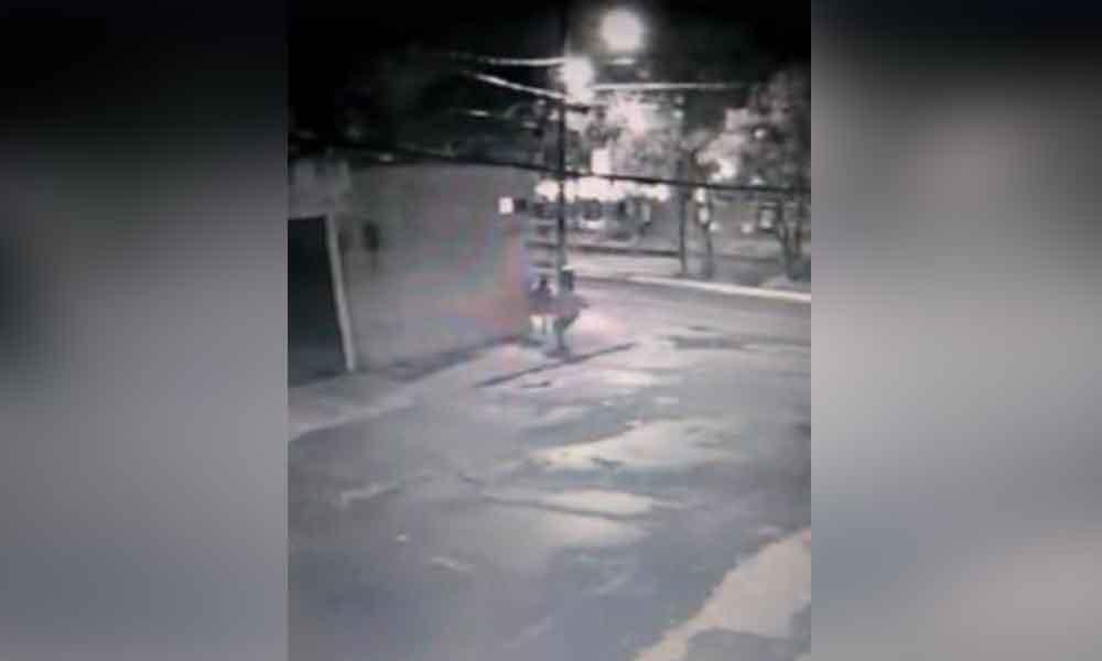 Captan momento en que sujetos intentan secuestrar a joven en Puebla