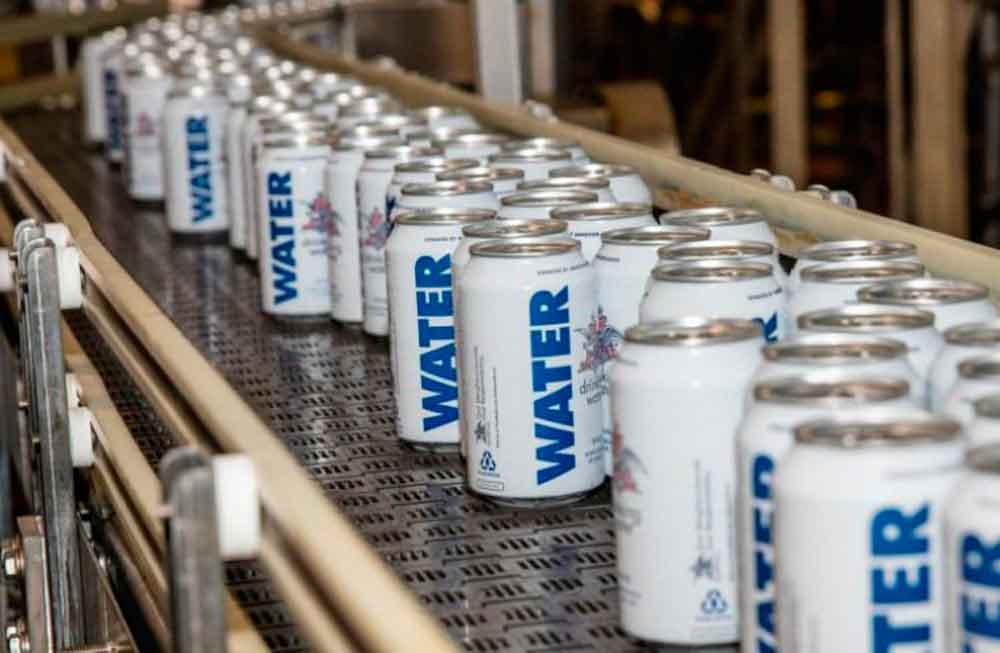 Cervecería detiene producción y enlata agua para afectados por Harvey