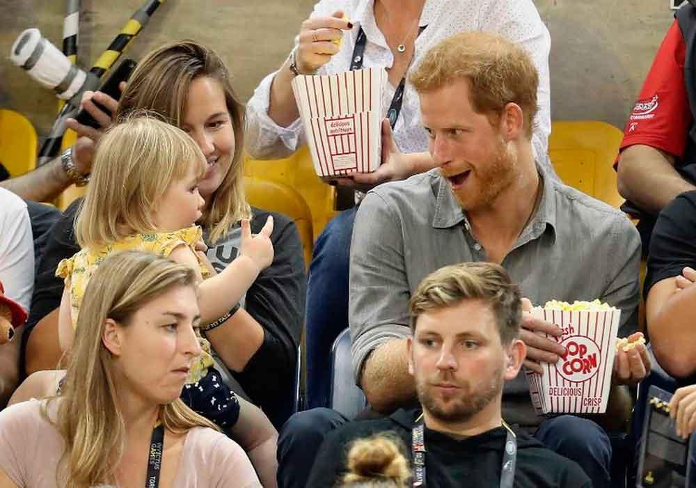 Pequeñita roba palomitas al Príncipe Harry