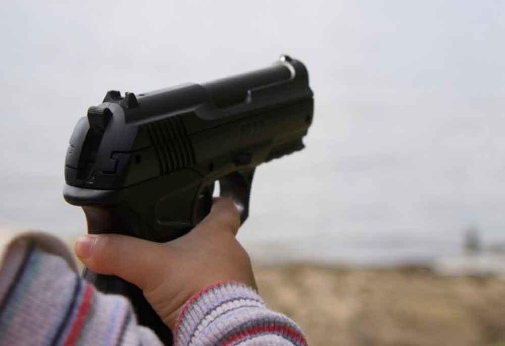 Niño de 3 años inicia tiroteo en guardería tras encontrar un arma por casualidad