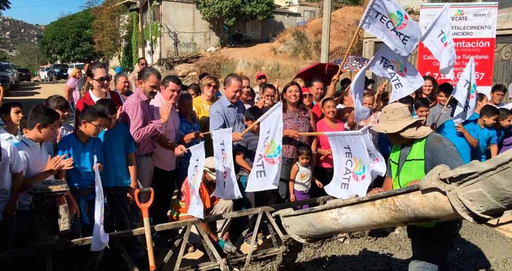Alcaldesa y vecinos dieron banderazo de pavimentación en el Rincón Tecate