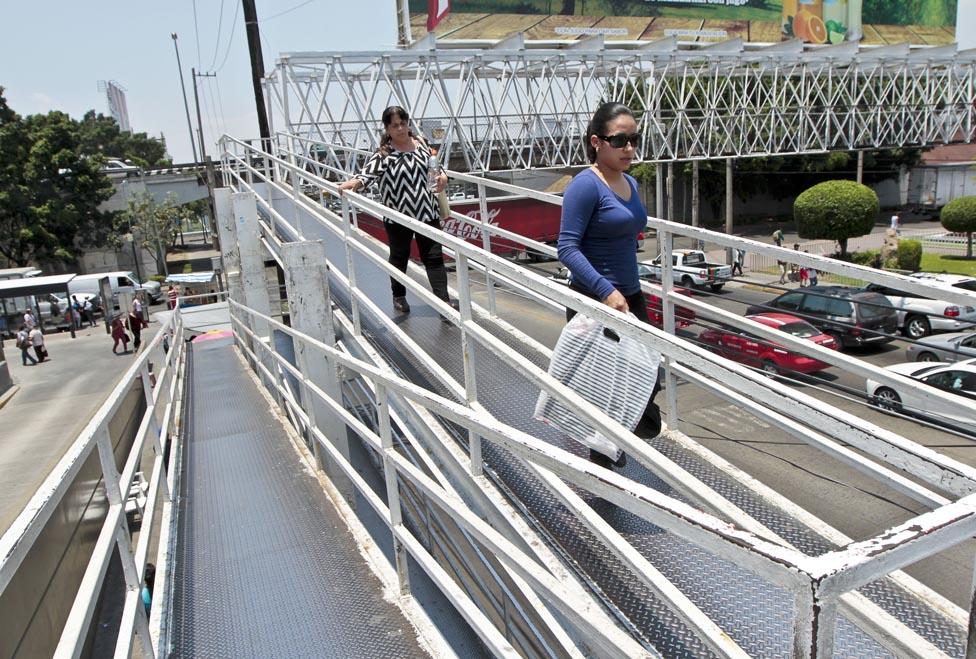 Analizan la construcción de 30 puentes peatonales en Tijuana