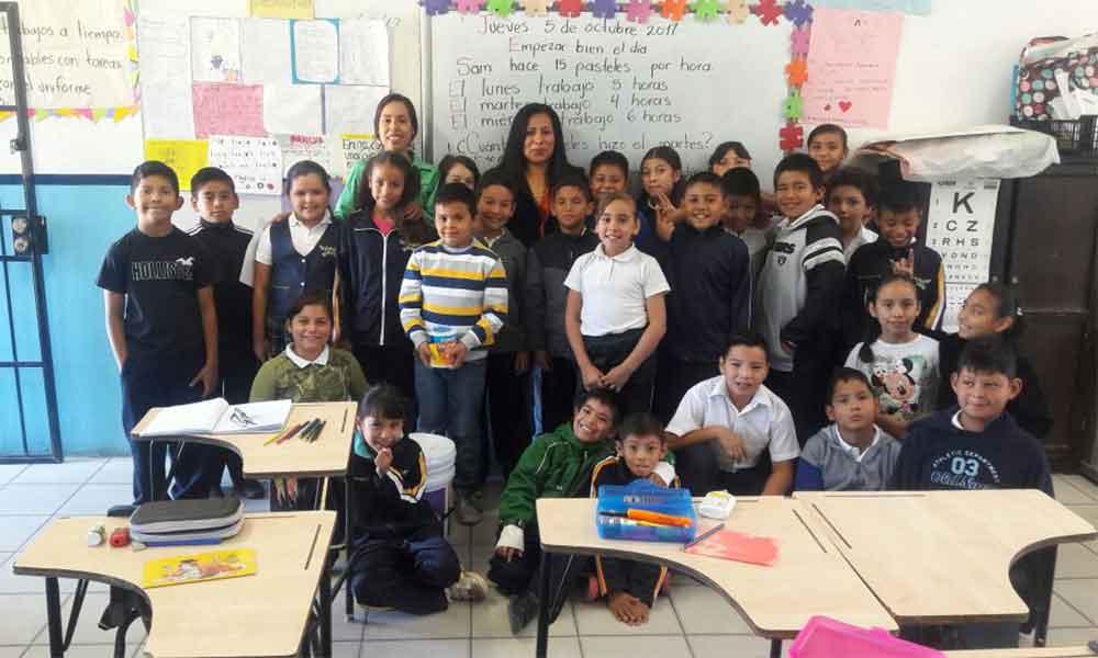 Entrega Regidora Judith Armenta Cruz pintura y pizarrón para escuela primaria en Tecate