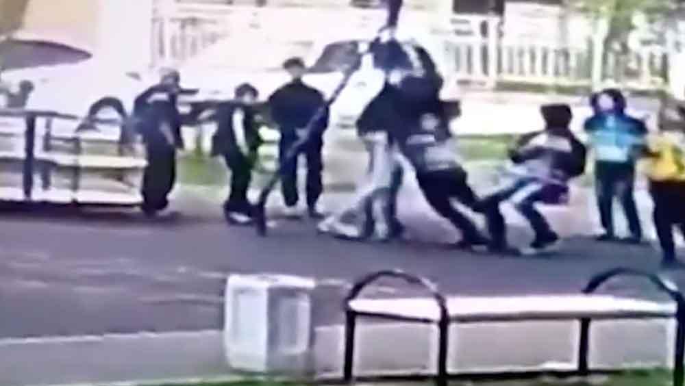 Padre da una brutal golpiza a los niños que le hacían bullying a su hijo