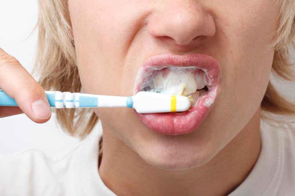 Este es el error que casi todos cometen al lavarse los dientes