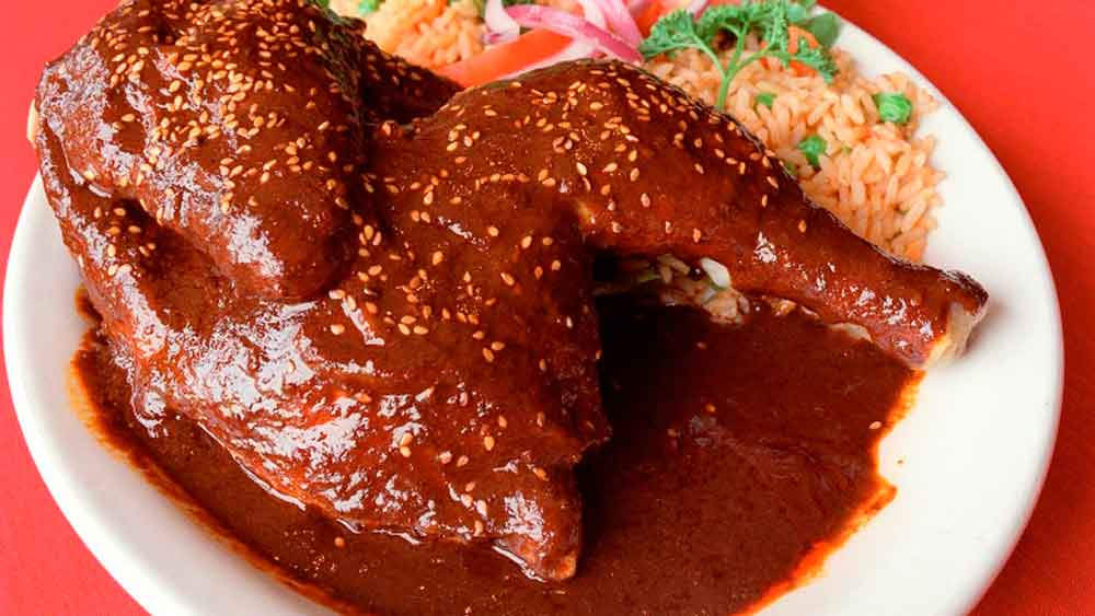 10 personas intoxicadas tras comer pollo con mole en Ensenada