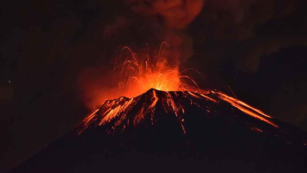 El momento en que el volcán mexicano Popocatépetl entra en erupción
