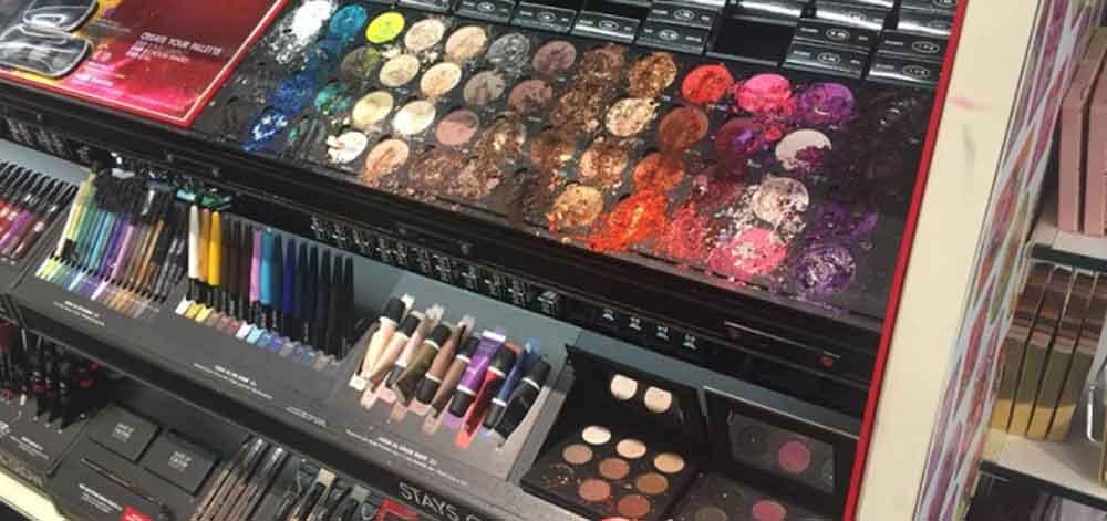 Niño causa daños por más de 25 mil pesos en tienda de maquillajes