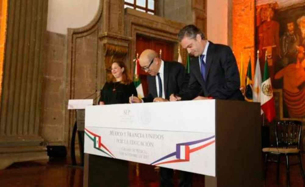 SEP firma acuerdo para reforzar clases de francés en escuelas normales