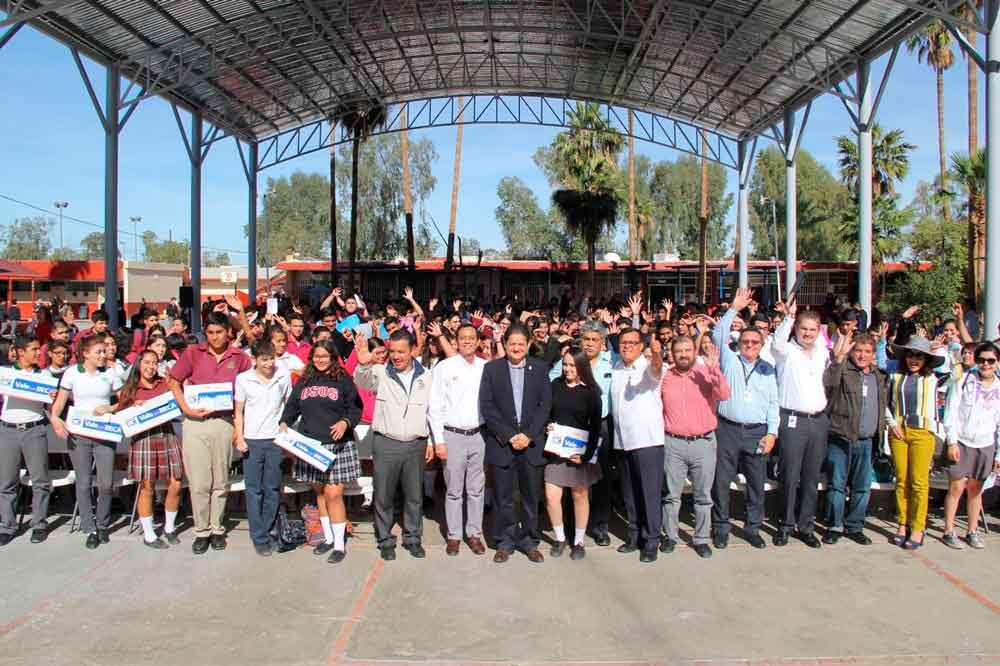 Entrega Gobierno de BC becas a alumnos de preparatoria