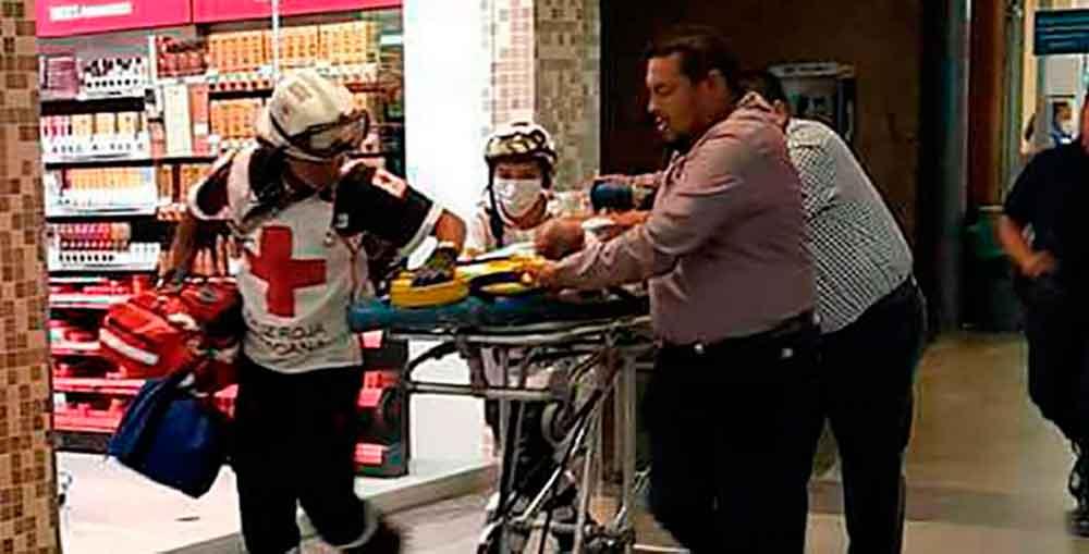Bebé muere al caer de los brazos de su madre en tienda Walmart
