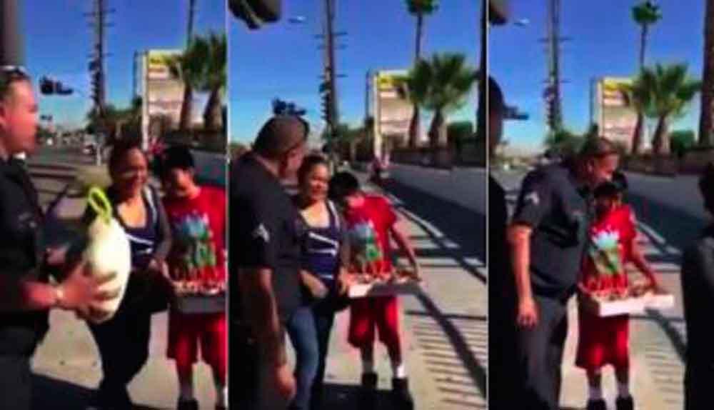 Policía hace llorar a niño tras regalarle un pavo