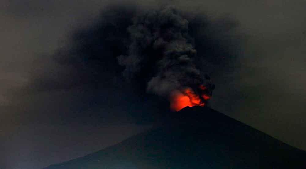 Máxima alerta por la erupción de un volcán en Bali — En imágenes