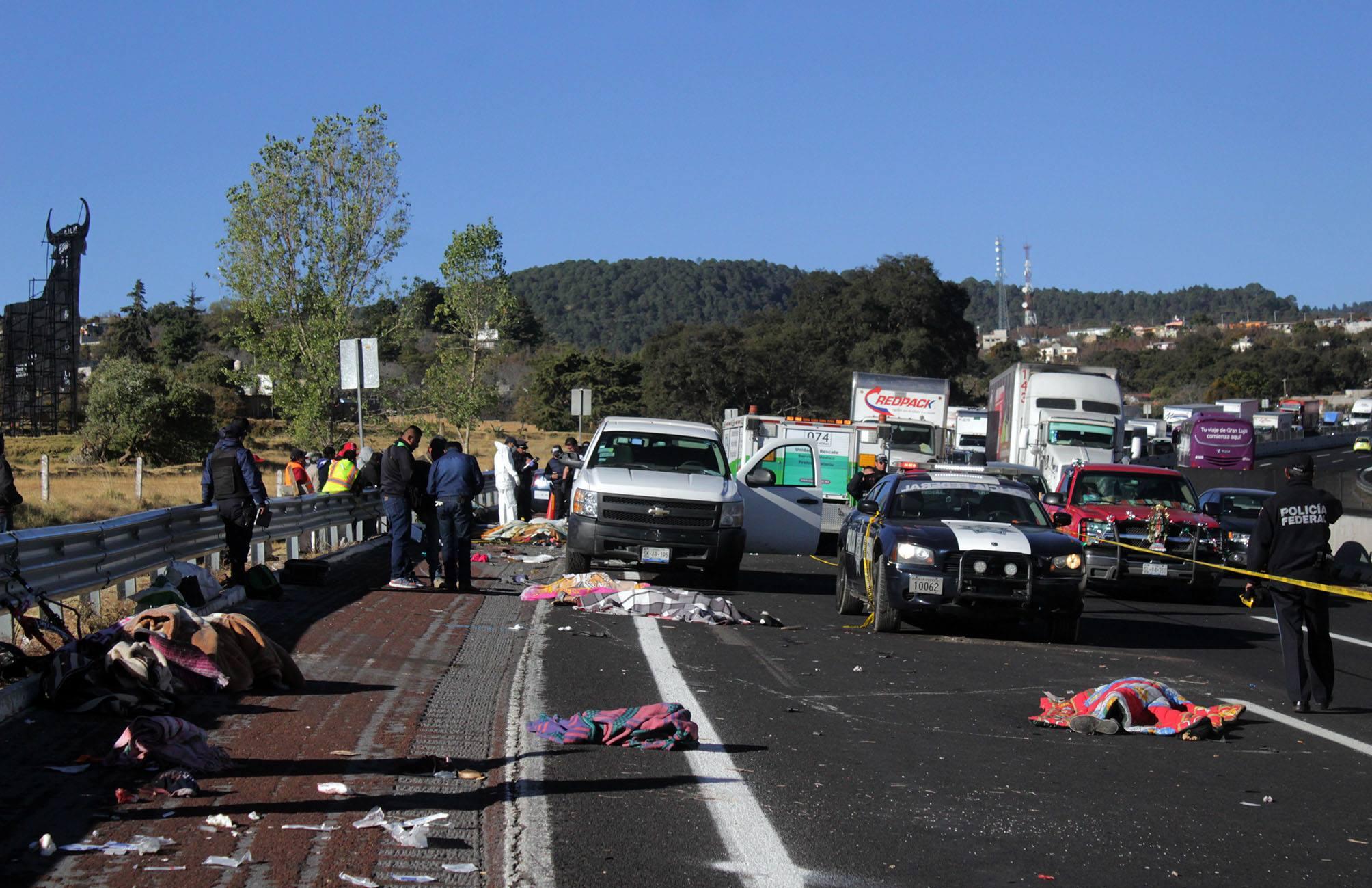 Suman 11 peregrinos muertos en choque en carretera México-Puebla