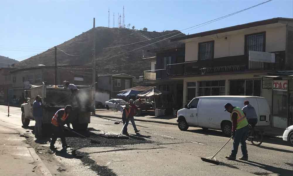 Obras Públicas continúa el Programa de Bacheo en la calle Anáhuac Este y Misión San Diego en Tecate