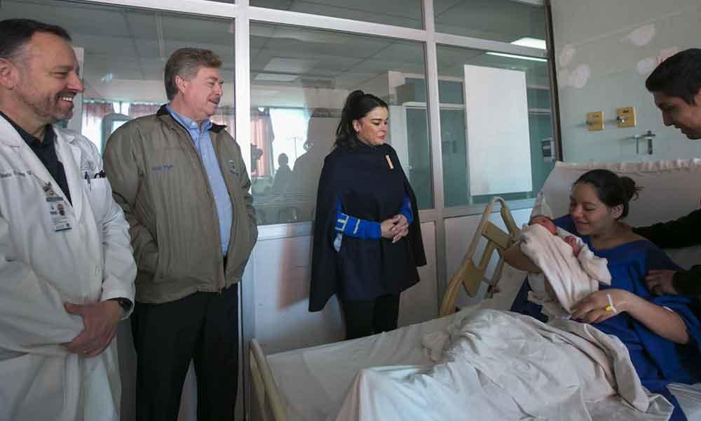Entregaron Gobernador Francisco Vega y Señora Brenda Ruacho cuneros con regalos a los primeros bebés nacidos en navidad