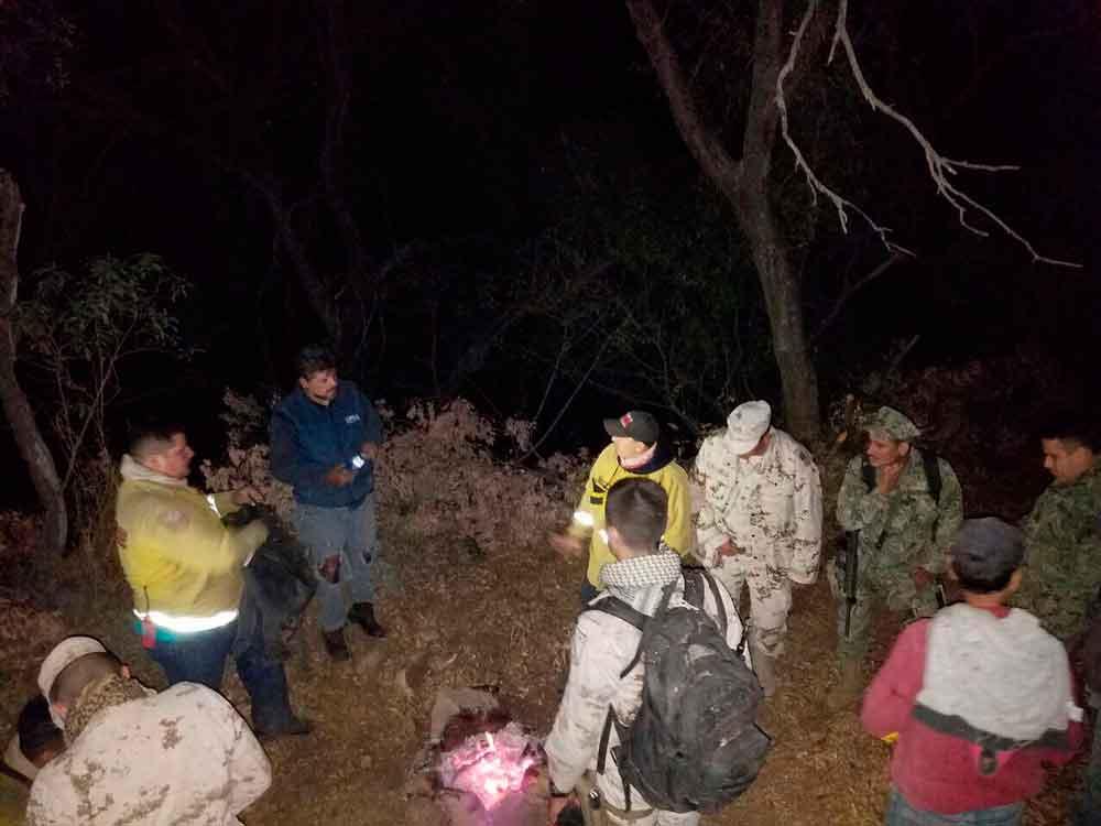 Bomberos de Tecate rescatan a dos personas atrapadas en incendio en Valle de las Palmas