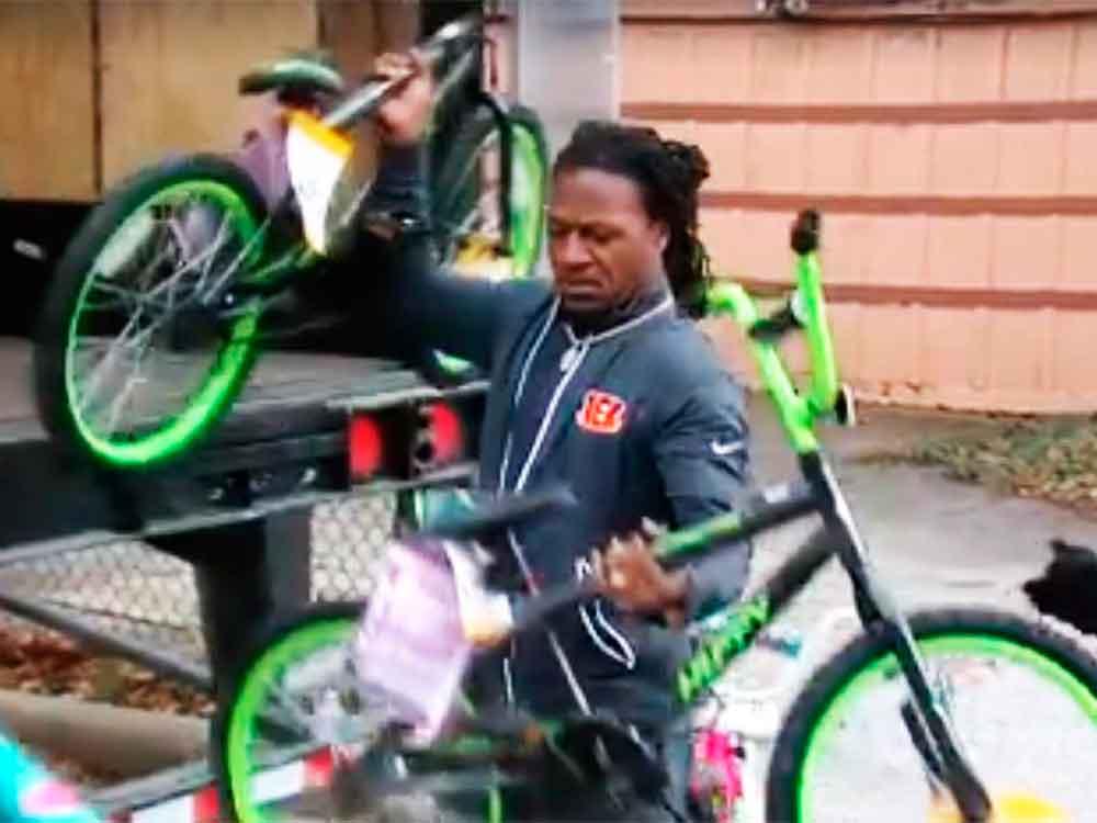 Santa Claus por un día; jugador de NFL regala 430 bicicletas
