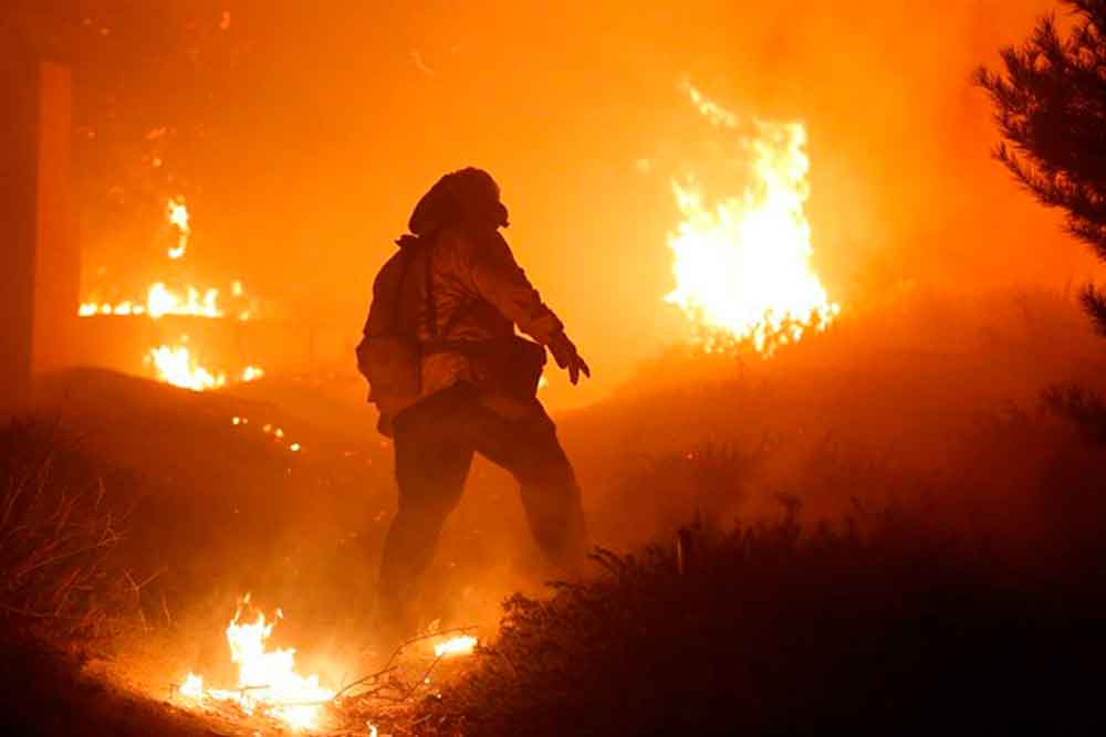 Muere bombero combatiendo incendio en California