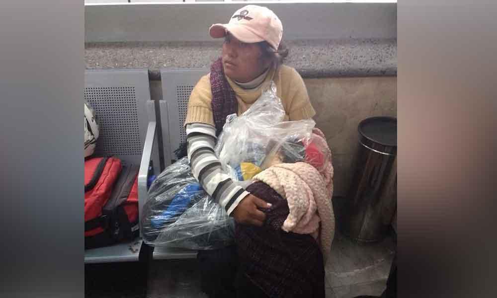 Entre cobijas y bolsas, mujer intentaba trasladar en autobús el cuerpo de su hijo