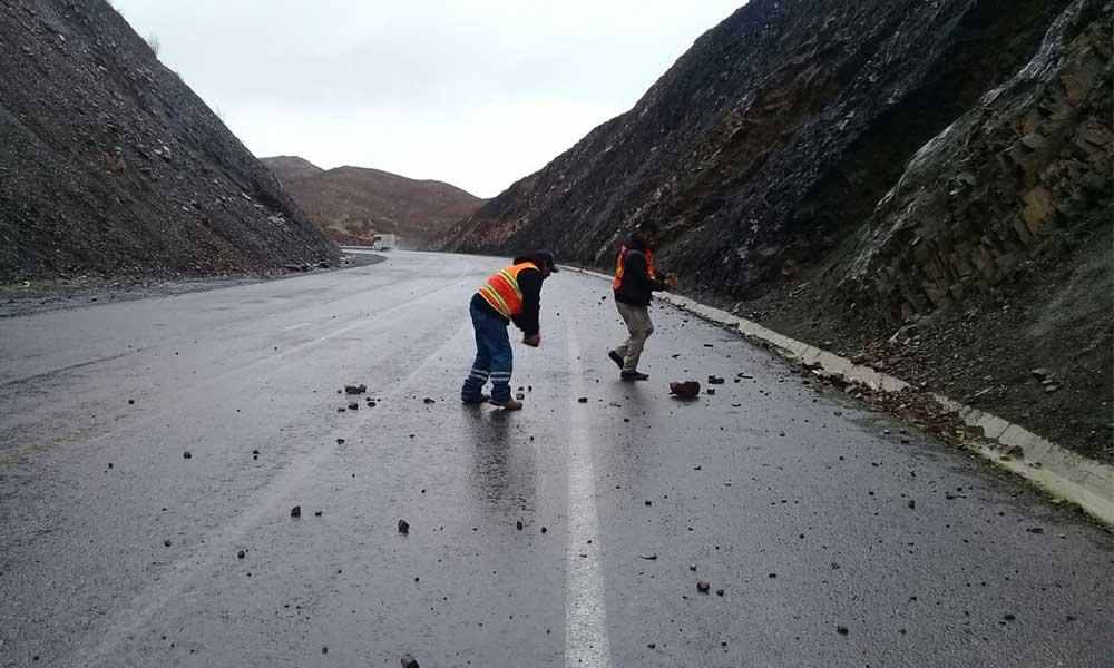 SCT pide estar alerta por deslaves y rocas en la carretera