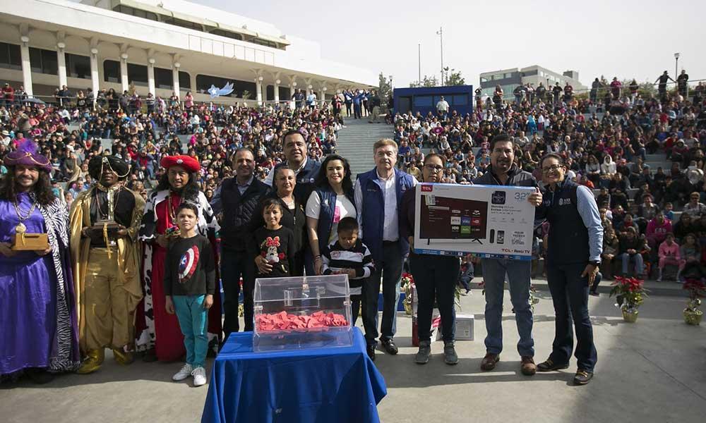 Celebran Gobernador Kiko Vega y su esposa Brenda Ruacho el tradicional día de reyes con niños y niñas