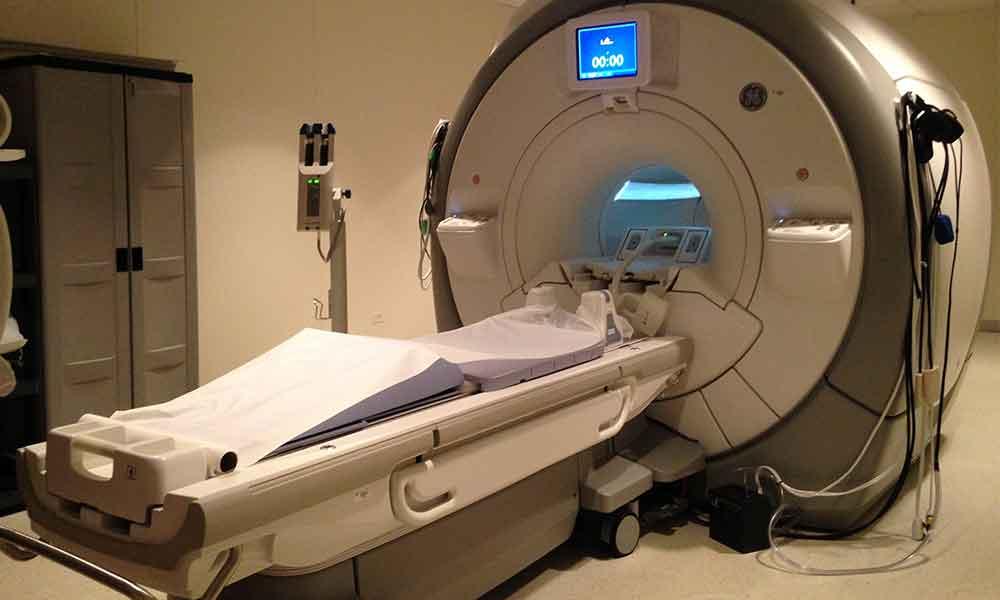Muere al ser absorbido por una máquina de resonancia magnética