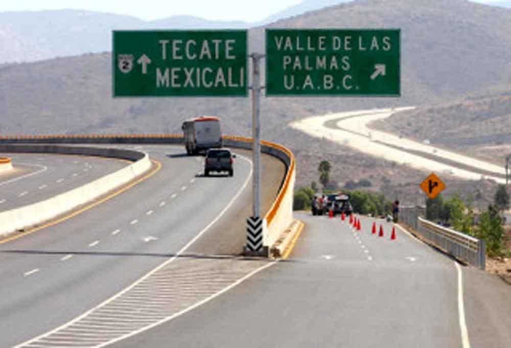 Dejan cuerpo colgado con narcomanta en puente de Tijuana