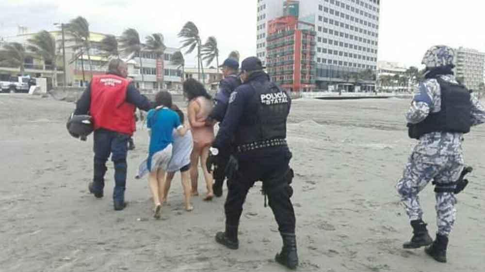 Mujer intentó ahogar a sus hijos en una playa de Veracruz, fue detenida