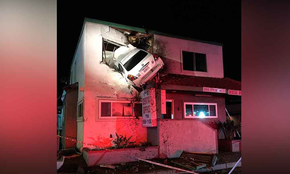 Auto 'voló' y quedó incrustado en el segundo piso de un edificio