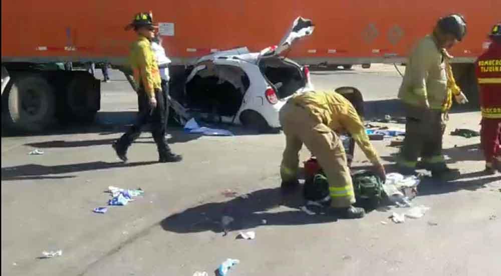 Se registra fuerte accidente en carretera Tijuana-Tecate; dos personas prensadas
