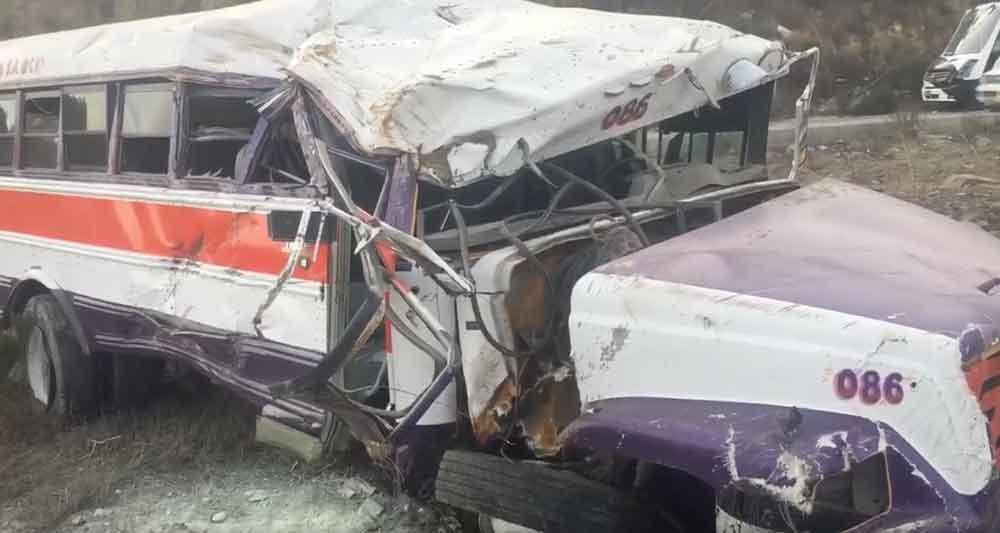Camión de transporte vuelca sobre bulevar 2000 dejando al menos 2 lesionados