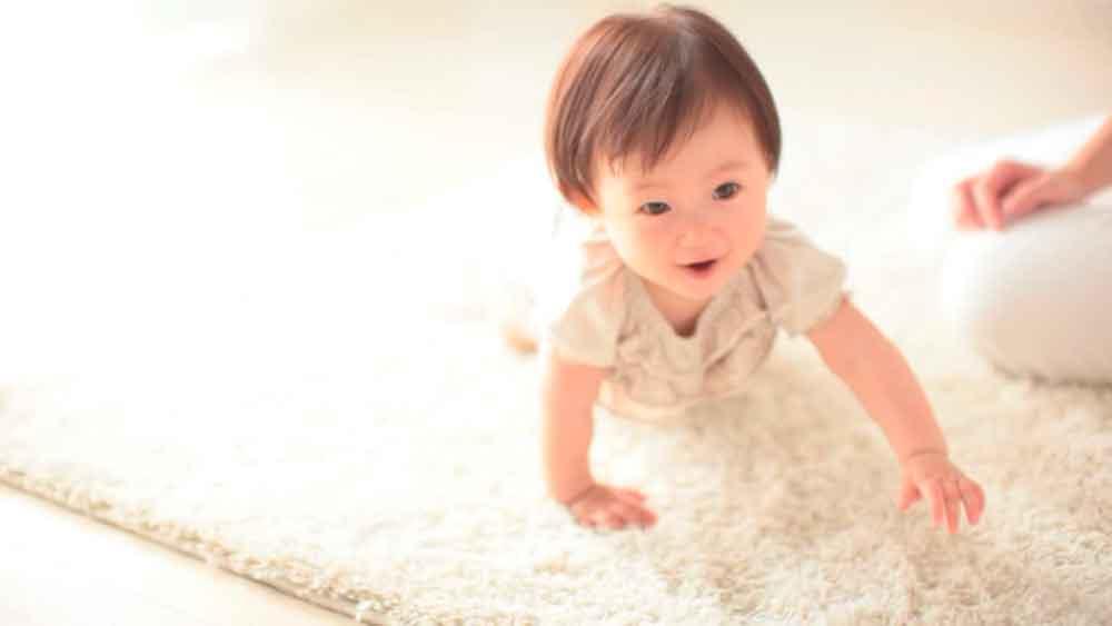 ¡Cuidado! Esto pasa cuando tu bebé gatea en la alfombra