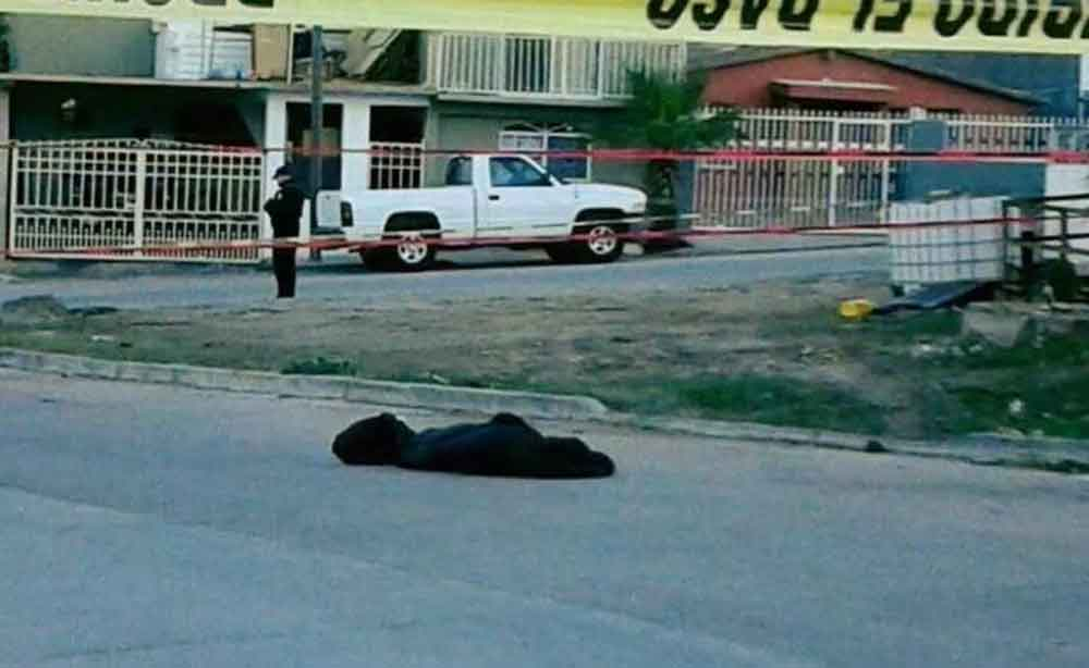 """Localizan """"encobijado"""" en Rosarito; presentaba huellas de violencia"""