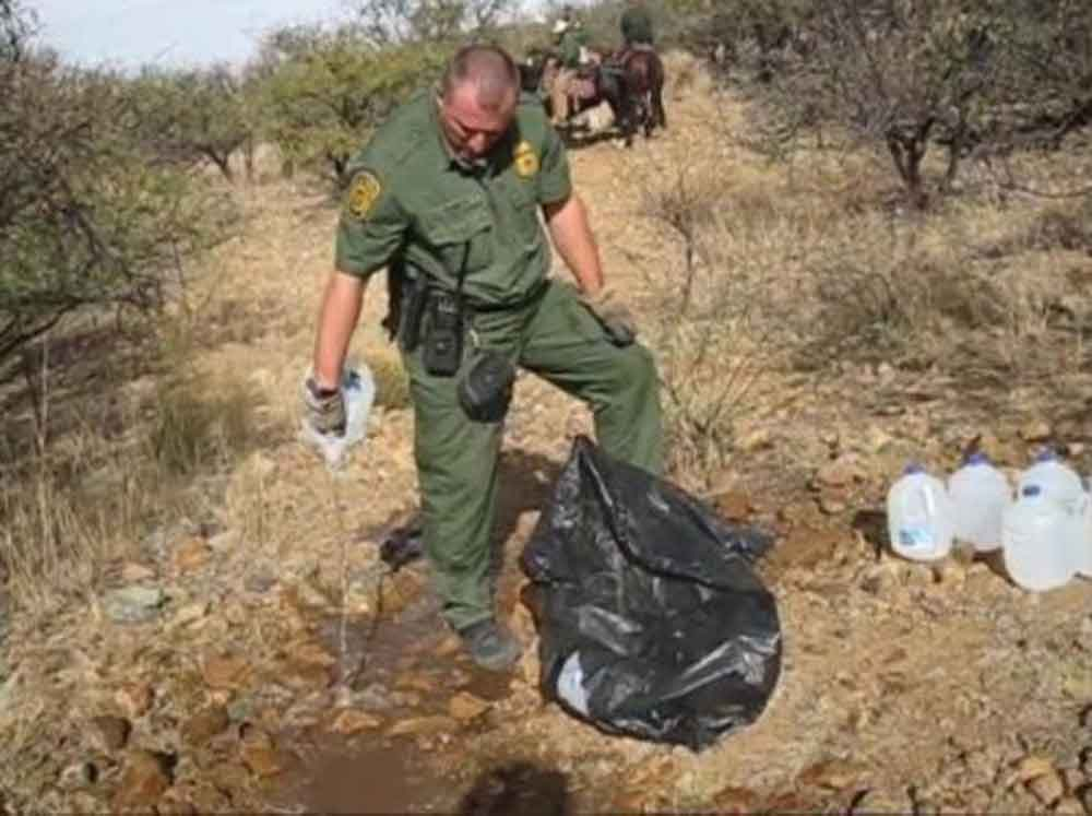 Captan a miembros de Patrulla Fronteriza destruyendo ayuda para inmigrantes