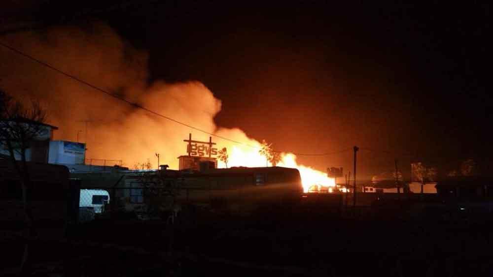 Voraz incendió consume Bar Iggys en Rosarito