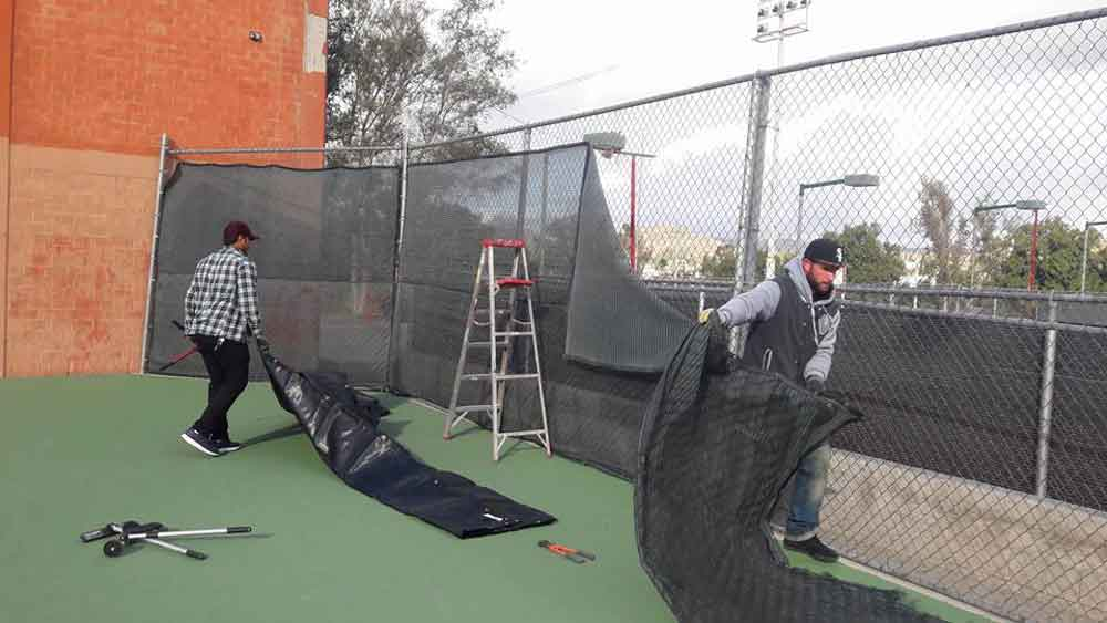 Instalan malla en cancha de tenis en la UDES