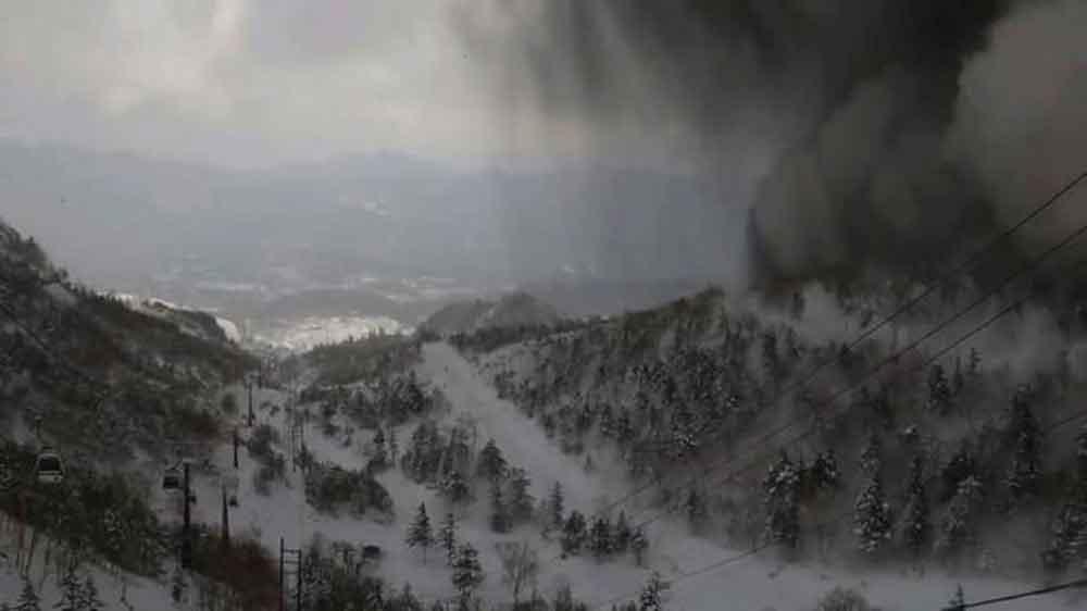 Erupción de volcán en Japón deja un muerto y 11 heridos
