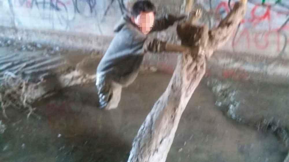 Rescata policía a niño atrapado en canal de Tijuana